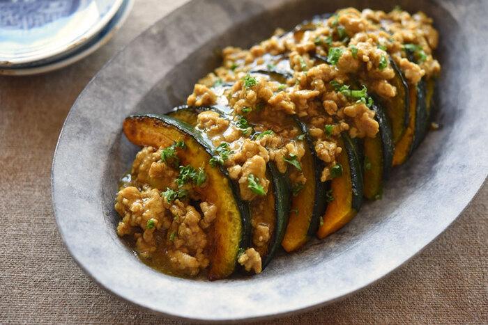 定番レシピ「かぼちゃのそぼろ煮」も、切り方や味付けを変えることでマンネリ回避に。カレー風味で食欲そそる一品です。