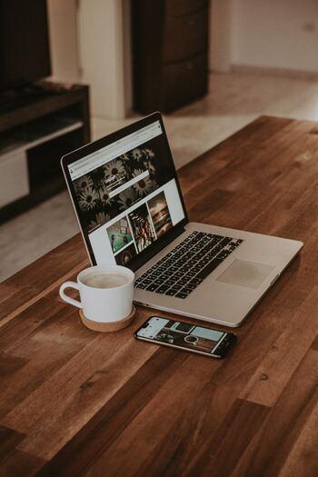 パソコンやスマホでの作業は、前のめりの姿勢になりやすく巻き肩の原因になりかねません。 ただスマホは気を付けることができても、デスクワークの人は長時間のパソコン作業は避けられという方も多いと思います。