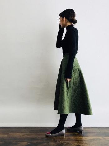 しっかり素材のキルトスカートは、暖かさはもちろんシルエットも優秀。ハリのある広がりを活かして、トップスインでタイトにまとめれば、スカートが主役のクラシカルな冬コーデに♪