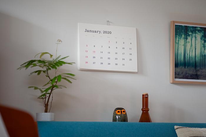 シンプル派さんにおすすめなのが「ANDO GALLERY」のカレンダー。数々の賞を受賞しているアートディレクター・葛西薫さんが手掛けています。無駄を削ぎ落としたシンプルさは、シーン問わずどんなお部屋にも溶け込んでくれます。
