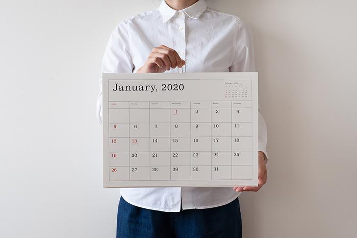 """カレンダーの上の部分には""""Kハンガー""""というワイヤーが付いているので、よれずに見やすい状態をキープしてくれます。スケジュールが書きやすい""""罫線あり""""と余白を活かした""""罫線なし""""の2タイプ。お好みで選んでみてください。"""