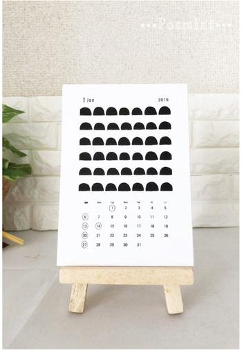 北欧好きにおすすめなのが「posmint」の2020卓上カレンダー。モノトーンのキカ柄が、個性がありつつシンプルなデザインなので、インテリアにもすっと馴染んでくれそうです。