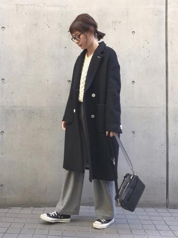大人かわいいナチュラルコーデやカジュアルコーデにも◎黒コートを羽織るだけでスタイルが簡単に決まります。毎日のお買い物から友達とのランチまで様々なシーンに活用できるでしょう。