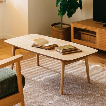 狭いお部屋を工夫して広く使う方法のひとつに、「折りたためる家具を選ぶ」ということがあります。普段は使わないけれどたまに必要になるときに使いたい、その逆で普段は使っているけれど、来客時やくつろぐときにはしまっておきたい。そんな便利な使い方ができる折りたためる家具を選ぶのも手です。こちらは、折りたたみができるテーブルです。しっかりとした作りで、読書や書き物をするのにちょうど良さそうです。
