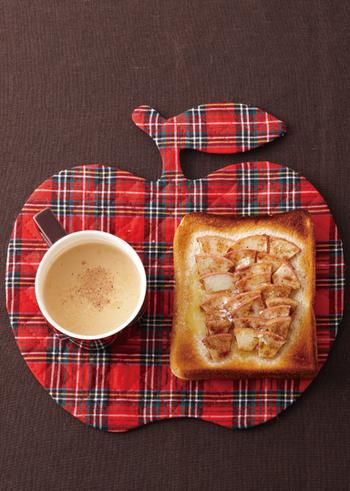 朝食や小腹がすいたタイミングで、さっと準備できるのが、パンにリンゴをのせて焼き上げた「アップルトースト」。  こちらのレシピでは、シナモンではなくナツメグを使っているのもユニーク。(もちろん、シナモンを使っても抜群*)  リンゴの下にクリームチーズを塗ったり、焼き上がりに発酵バターやはちみつをトッピングしてもおいしそう!