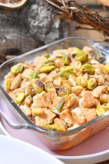 イギリスやアメリカの家庭のスイーツでもある「アップルクリスプ」。  今回ご紹介するのは、ビスケットをトッピングすることで、焼き上げなくてもサクサク食感が楽しめる、レンジを使ったアイディアレシピです。  熱が加わっておいしさが凝縮されたりんごと、トロリととろけるマシュマロのマリアージュをぜひご堪能ください*