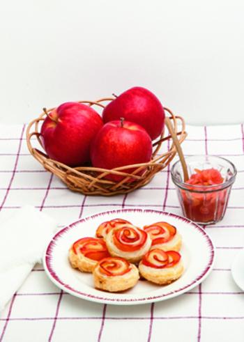 パイ生地×甘く煮たりんご という定番の組み合わせながら、成形でインパクトをUPさせているのがこちらの「バラのアップルパイ」。  一つ一つ、見た目を意識しながらパイとリンゴを巻き上げていく手間はありますが、パッと目を引くこの姿は、おもてなしやお呼ばれの時のお土産としても◎。  ぜひ「紅玉」のような、皮の色合いが鮮やかなものを使って作ってみてくださいね。