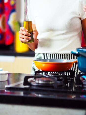 サラダ油は低温でも固まらず、質感がサラリとしています。香りも味も主張が強くないため、それこそサラダにはもちろん、揚げ物や炒め物などオールマイティに活用できます。 ちなみに、2種類以上の食物原料が混合しているものは「調合サラダ油」と呼ばれています。