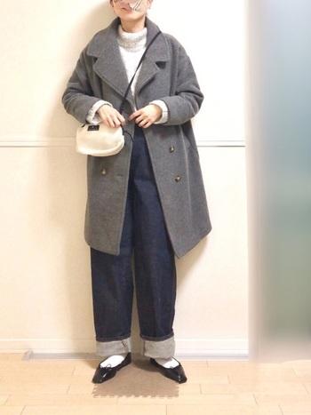 どんな色との相性も良いグレーは、オールマイティー使える便利な一枚。カジュアルなデニムスタイルも、ちょっと女性らしい印象に仕上げてくれるのが嬉しいですね。