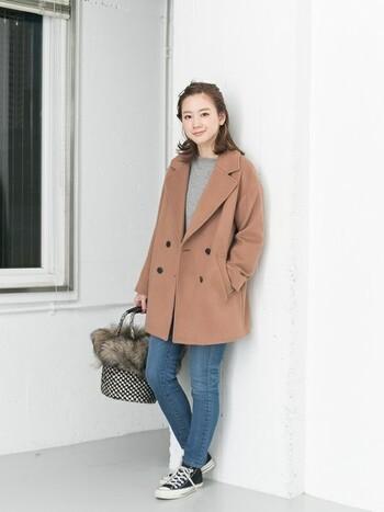 女性らしい優しい印象になるのがブラウン系のピーコート。デニムに合わせてもカジュアルになり過ぎず、全体が柔らかな雰囲気になりますね。ファー付きのバッグなど、かわいいアイテムとの相性も◎です。