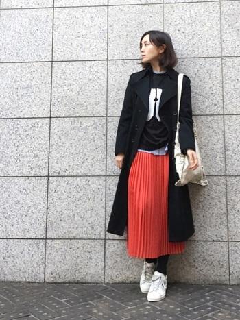 春夏用に買った色物のプリーツスカートを秋冬でも活用しましょう!特に発色のいい赤と黒コートの相性は抜群です。バッグやスニーカーを白で外すのもオシャレですね!  ウールのコートは何より暖かいのが嬉しいポイント。