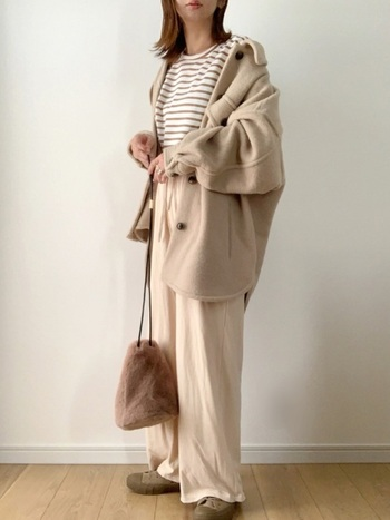巾着バッグもファー素材にすることでより可愛さもUP。ミルクティー配色コーデにベージュのファーバッグの優しい色の組み合わせで、見た目も気分もほっこり♪