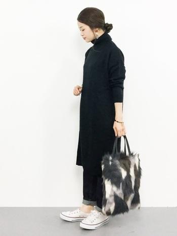 黒のニットワンピ×ジーンズのシンプルコーデに、迷彩柄のようなファーのトートバッグを。バッグがよく映えて一気に華やかな雰囲気になり、寒くて億劫な秋冬のおでかけも楽しくなりそう♬