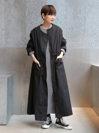 ノーカラーの軽めの黒ロングコートは、ニットワンピースの上からサッと羽織って。足元は黒のハイカットのコンバースで大人カジュアルでラフな着こなしに♪