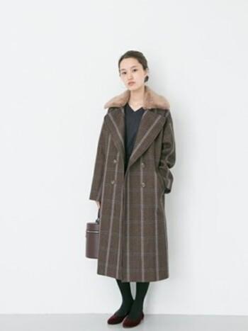襟元にファーをあしらった、トラディショナルな印象のロングピーコート。とても女性らしいシルエットで、インナーはあえて無地に統一して、コートを楽しみたい一枚です。カラータイツなどで、色の組み合わせを楽しんでみてくださいね。