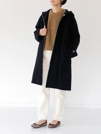 黒コートがあれば春夏に活躍した白パンツも着まわし可能です♪ここでは暖かなブラウンのニットを取り入れるのがポイント!フード付きコートでよりカジュアルなスタイルに。