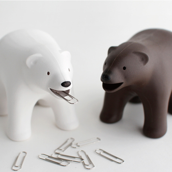 一見ほっこりかわいいクマのオブジェのようですが、実は2つの機能があります。クマの口にクリップを収納したり、ひっくり返すとテープカッターになっているので、小さめのサイズなのでマステを入れて使うのもおすすめ。デスクの上に置けば作業中も癒されます♪