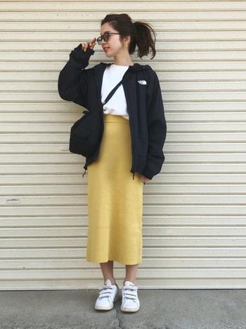 ノースフェイスのかっこいいナイロンジャケットにイエローのタイトスカートを合わせた甘辛ミックスコーデ。落ち着きのあるマスタードイエローの色味なので、大人っぽい着こなしができますね。