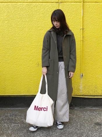 縦にもゆとりのある形となっているので、季節の変わり目なもには上着を入れる余裕もありますね!文字も「Merci」の文字の色味も抑えめな赤いカラーがなんともおしゃれですよね*