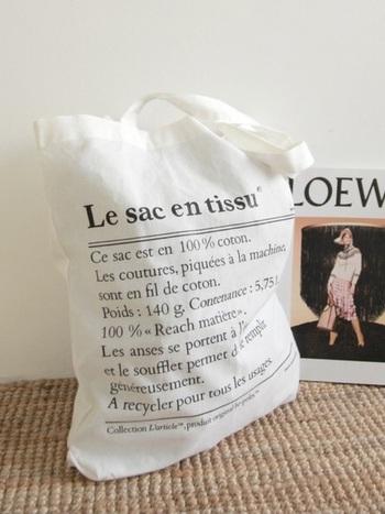 また、ロゴバッグとともにチェックしたいのがこの英字のエコバッグです。おしゃれ好きさんたちの間でも話題のおしゃれバッグですので、ロゴバッグと共にチェックしておきたいバッグですね♪