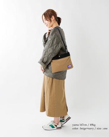 ウォーミィな素材感のショルダーバッグは、冬のキルティングコートにも馴染みが良くて上品。アウトドアブランドと感じさせないほど洗練された存在感を放ちます。パープルのロゴがさり気ないポイントに。