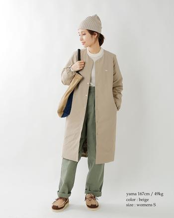 ノーカラーでスポーティになりすぎず、ナチュラルな印象を保てるザ・ノース・フェイスのダウンコート。優しいベージュカラーが上品です。着丈が長めなのでパンツにもスカートにも合わせやすい一着。
