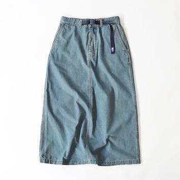 スカートは一見シンプルですが、ベルトのブランドタグがさり気ないポイントに。シルエットはすっきりとしたハイウエストのAラインシルエットです。 薄くも厚手すぎでもない程よい生地厚でオールシーズン穿くことができますよ。