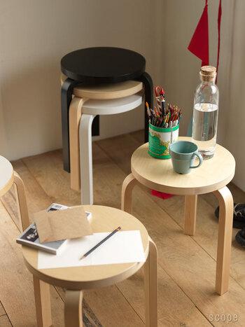 最後にご紹介するのが、「重ねる」という方法です。重ねて置いておくと幅を取らず、コンパクトに収納できます。スツールは重ねて収納できる優れもの。来客用にスツールが何脚かあるおうちで取り入れられそうな方法ですね。スツールは椅子としてだけでなく、ちょっとしたサイドテーブルとしても使えるので便利そうです。「多用途に使えるアイテム」をあらかじめ選んでおくのも、省スペースに繋がるかもしれません。