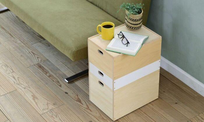 ボックス型の収納なら、重ねるのも楽々。同じシリーズでも、高さや色合いがそれぞれ異なるボックスを重ねて、サイドテーブルのように使っています。スペースの節約だけでなくテーブルとしての役割を兼ねていて、一石二鳥のアイデアですね。