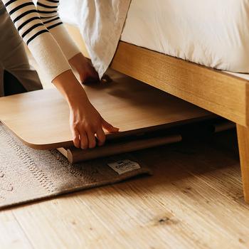 テーブルを使わないときには、こんなふうにコンパクトに畳んで置くことができます。クローゼットの中に立てて収納したり、ソファやベッドの下にスペースがあればそこに隠しておくこともできますよ。