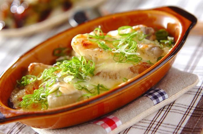 余りもののおでんに、みそソースとチーズをかけてオーブンで焼き、グラタン風に。おでんの翌日の昼食にいいかも!