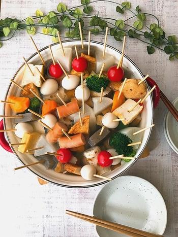 お家の冷蔵庫に入っている野菜やソーセージに竹串を刺して、食べやすくて持ちやすくアレンジした串おでん。みんなで集まるホームパーティーにおすすめ。