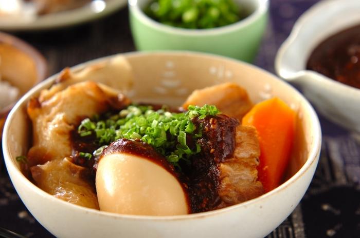 基本のおでんに、八丁味噌でつくったゴマみそダレをかけて名古屋風に。こってりした味で酒の肴にもなります。