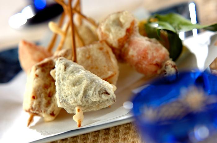 おだしを吸ったおでんの具を天ぷらに。衣はさくさく、食べるとつゆが染み出して一度で二度おいしい!串刺しにしておくと食べやすいですね。