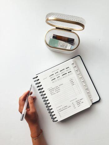 スケジュールを書くだけの使い方だと、いつの間にか使わなくなってしまうこともありますよね。まずは手帳を使うことに慣れるために、メモ代わりに使ってみるのがおすすめ。手帳の日付や枠といったフォーマットを気にせず、覚えておきたいこと、心が動いたことなどをどんどん書いてみましょう。