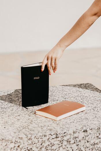 毎日忙しく、わざわざ家計簿をつける時間を設けるのも大変、という方もいらっしゃるでしょう。手帳を家計簿代わりにしておけば、移動時間や待ち時間などのスキマ時間に、ぱぱっと書くことができます。手帳のフリーページやメモスペースを活用するほか、スマホアプリと併用すれば計算も楽ちんです。