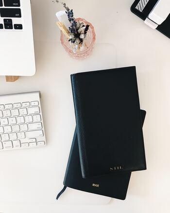 自分の予定だけでなく、家族の予定も把握しておきたい方は、仕事用、家族用と手帳を分けるよりも、1冊の手帳で一元管理するのがベター。ペンの色や書くスペースを使い分けて、予定がバッティングするのを防ぎましょう。マンスリーとウィークリー、ウィークリーとデイリーなど、2種類のページを同時に見られる「セパレートダイアリー」がおすすめです。