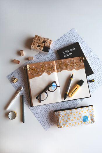 お世辞にもきれいな字とは言えないし、書くこと自体が苦手……それでも手帳は使ってみたい! そんな方には、スクラップブッキングとしての使い方がおすすめです。雑誌やフリーペーパー、ショップカード、お菓子の包装紙やリボンなどなど、身のまわりにある可愛い!素敵!と感じたモノを貼り付けて、自分だけの手帳マガジンを作ってみてはいかがでしょう。