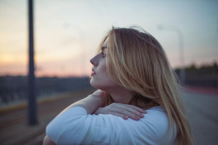 そこに起因する劣等感や、誰かに認められたいという強い願望が心を不安に突き動かしてしまうなら、「今の自分」を強く抱きしめて認めてあげることが必要です。「よく頑張っているよ」「このままで大丈夫」と自分に向かって声をかけましょう。