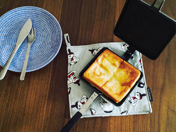 こんがりした焼き目が美味しいホットサンド。バウルーのサンドイッチトースターなら、簡単にボリューム満点のホットサンドが出来上がります。