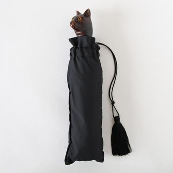 フランスの伝統的な傘ブランド「Guy de jean」のハンドルが猫の顔になっている折りたたみ傘。伝統的な手作りの製法で丁寧に作られていて、上品でクラシカルな雰囲気が魅力です。