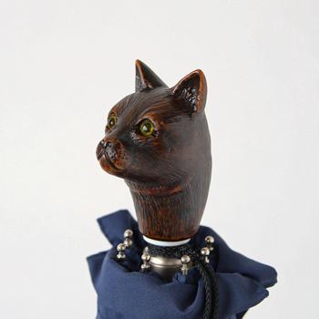 一見木彫りのように見えますが、樹脂で作られています。品のある美猫さん。晴雨兼用傘なので毎日でも持ち歩きたくなりますね。バッグから顔をひょっこり覗かせるのも可愛い♪