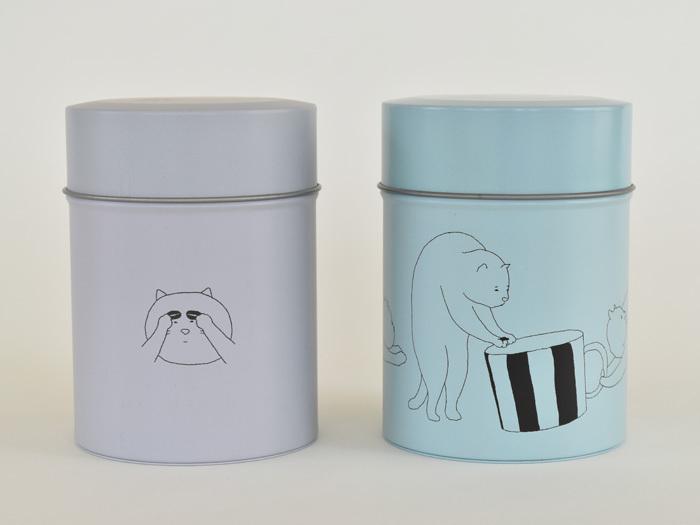 コーヒー豆を眉毛にしたり、共同作業で大きなカップにコーヒー豆をころんと入れたり。猫たちの仕草や表情にくすっとします。そしてこれまた可愛いのが…