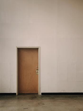 湧き上がる不安は簡単にはかき消せないものですが、それをさらに膨らますことなく断ち切ることはできます。どんどん大きくなっていく不安感で苦しい時には、ドアを閉めたり蓋を閉めるなどの動作で、それを断ち切るようなイメージを強く持ちましょう。