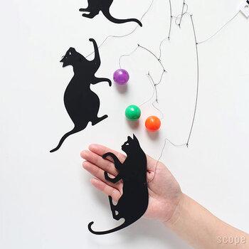 人間の手の平サイズくらいの大きさ。ちょっと大振りなのでなかなか存在感があります。しなやかな黒ネコと鮮やかなボールの組み合わせがとてもスタイリッシュな印象です。