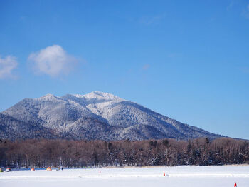 北海道で5番目に大きな湖の阿寒湖。アイヌ文化が受け継がれている地域でもあり、伝統的なアイヌ文化の工芸品なども楽しみながら過ごすことができます。