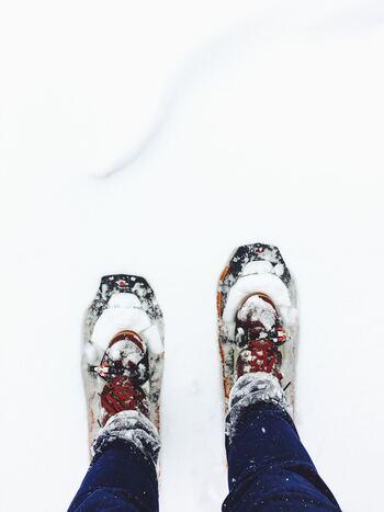 冬は完全に湖が凍る阿寒湖。冬のシーズンは、湖の上を歩けるスノーシューツアーが開催されています。湖上は一部、氷が薄かったり穴があったりするので、ツアーの利用がおすすめです。