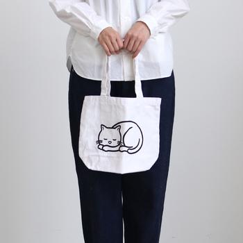 ファッションブランド「ZUCCa」とイラストレーター「Noritake」によるコラボ企画「ねむくなる」を機に制作されたトートバッグです。丸まってスヤスヤ眠る猫のイラストがとっても可愛らしいのですが、白地でシンプルなので大人が持ってこそ似合いそう。