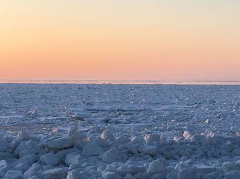 知床には、ロシアのアムール川からゆっくり南下して流れついた流氷を見ることができる場所でもあります。流氷で満たされた海を見ることができるのは、冬のオホーツク海ならではの絶景です。