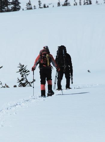 知床の雪原はふかふかで柔らかいパウダースノー。スノーシューで夏は歩くことができない湿地の上もさんぽすることができます。